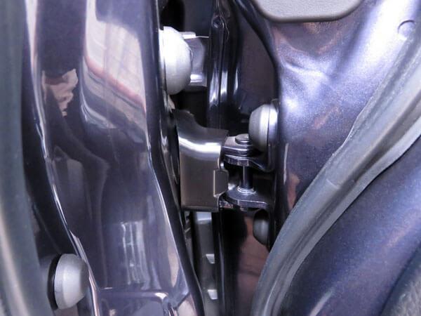 愛車トヨタノア80系にドアヒンジカバーを装着する!