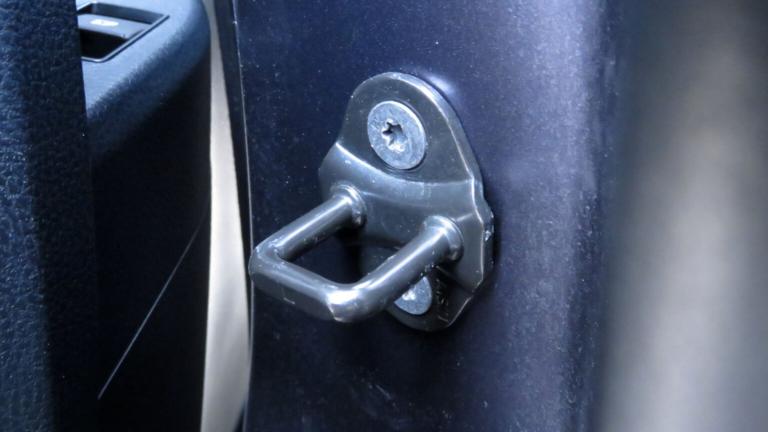 愛車トヨタノア80系のスライドドア後方のドアロックストライカ